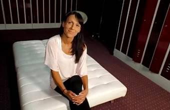 Casting Couch Nette schwarzhaarige Mutter spricht ins Mikro