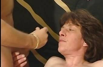 Frau benutzt den Azubi vom Chef als Sexspielzeug