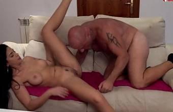 Geiles Luder wird auf der Couch gefickt – Sexfreunde.com