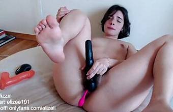 Horny babe w sexy feet