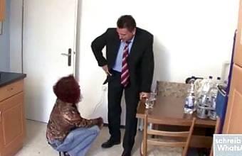 Rothaarige wird vom Geschaftsmann verfuhrt und gefickt