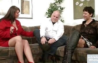 Zwei milfs ficken mit alteren dicken Mann – Dreier